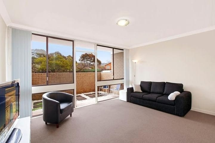 Modern clean apartment in Woden - great location - Lyons - Apartament