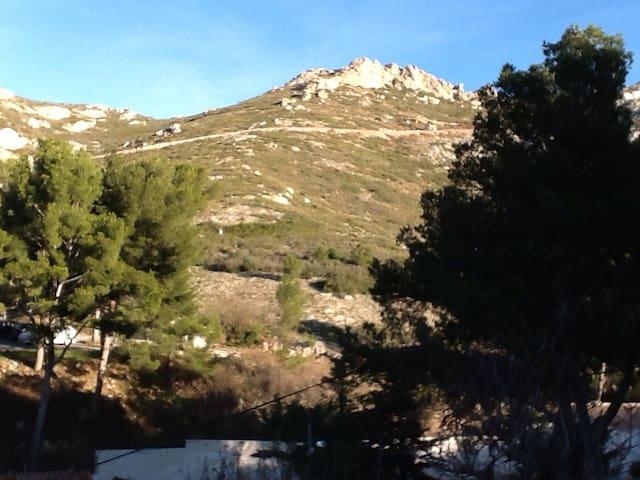 Chambre avec vue sur les collines - Marseille - Hus