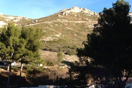 Chambre avec vue sur les collines - Marseille