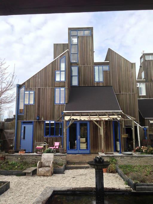 Prachtig houten huis. De kamer bevindt zich op de eerste etage