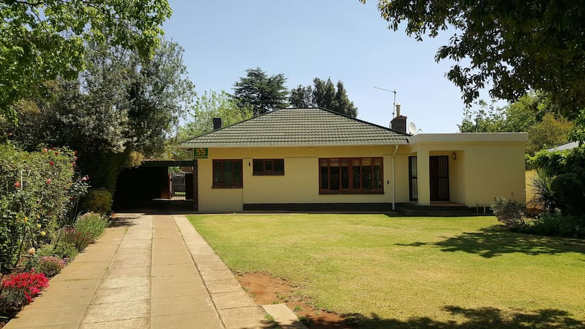 Beautiful room, ensuite and parking - Randburg - House