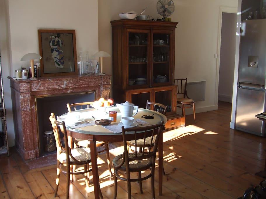 Petit déjeuner au soleil dans la cuisine