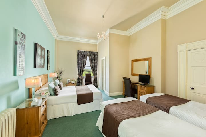 Family Room (sleeps 4) @Greenhill Hotel