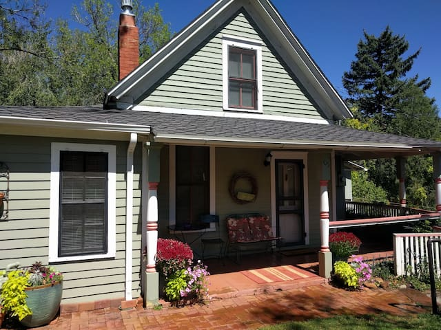 Garden Cottage - Manitou Springs - walk downtown