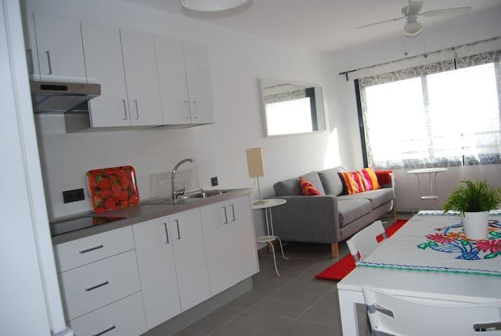 cocina con mesa y 4 sillas (kitchen with table and four chairs) y parte del salón (part o the lounge)