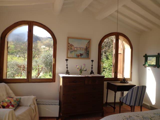 The Loggia bedroom with a view toward Volterra - La chamber de La Loggia, vue de Volterra