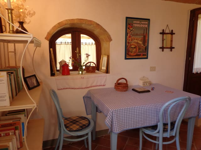 The kitchen dining area - La cuisine et la salle à manger