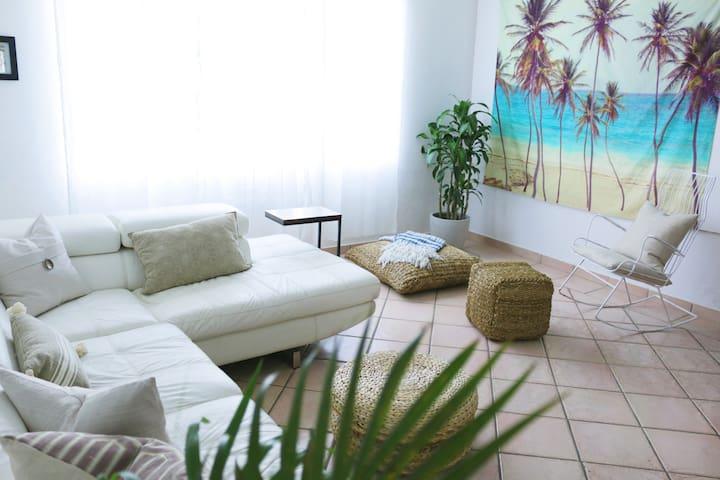 Vibrant apartment near beach, eats & shops.