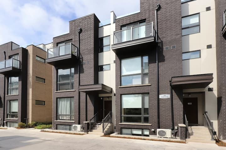 Convenience & Privacy in the urban townhouse!