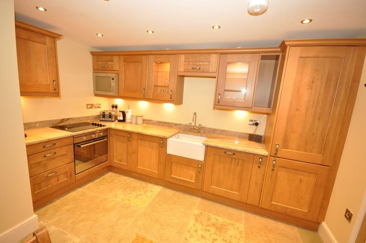 Fully equipped oak kitchen with granite worktops