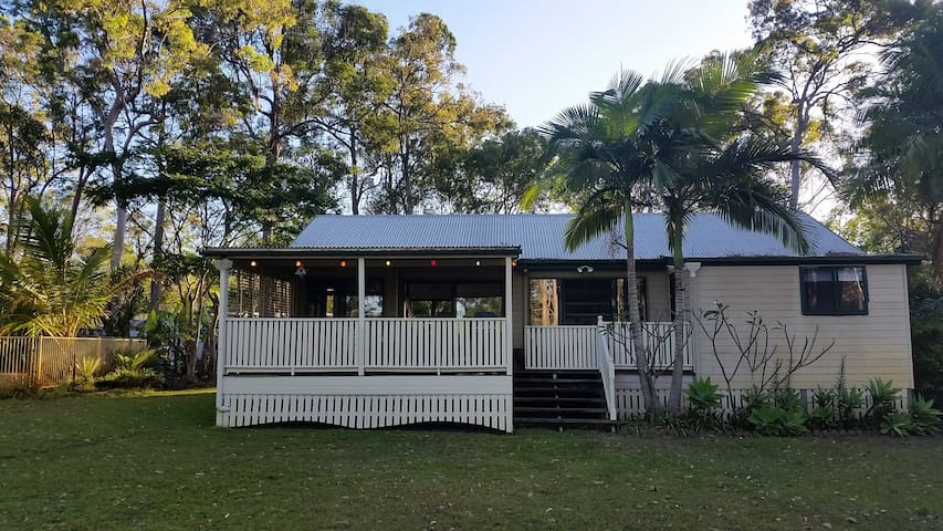 Noosa Hinterland Peacock cottage artists retreat - Cooroibah - บ้าน