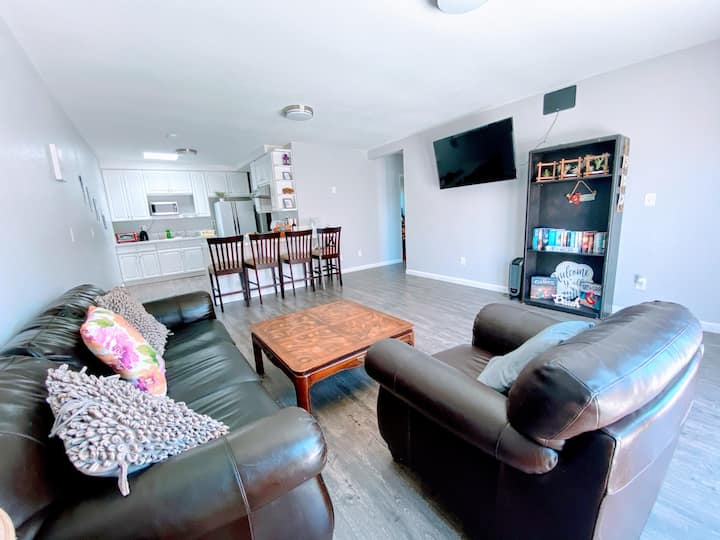 Central apt 12min to beach w/ AC, parking and more