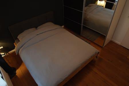 Gemütliches Zimmer mit Heimkino, zentral gelegen