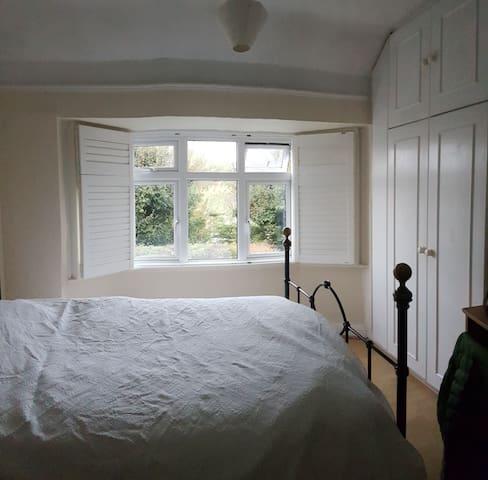 Nice room near Berrylands station, 25 min Waterloo