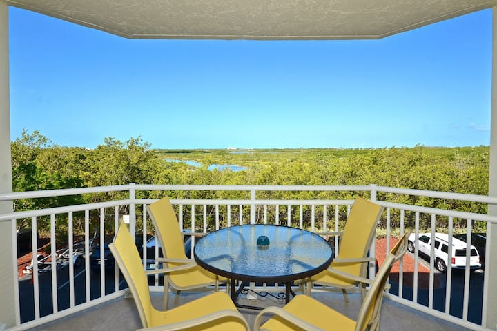 Sunrise Suites condo w/ views features shared pool & hot tub - dogs welcome!
