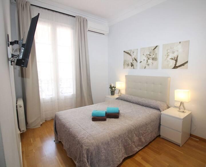 Soleada y amplia habitación con balcon