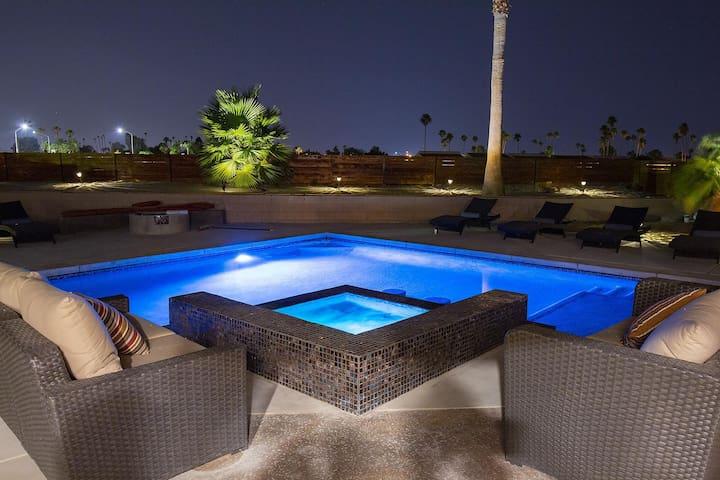 ##NEW! Modern Oasis! Custom Pool & Spa (Heating Included), Firepit, BBQ - Designer Home