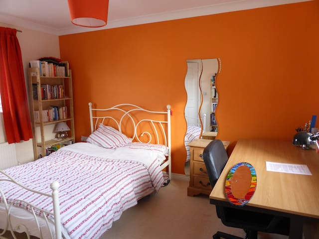 Spacious double bedroom,private shower, breakfast - Cambourne - Casa
