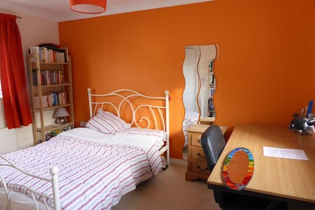 Spacious double bedroom,private shower, breakfast - Cambourne