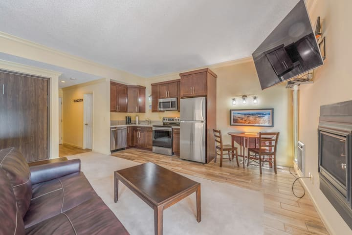 REMODELED! Cute studio condo with HOT TUB and SAUNA access!