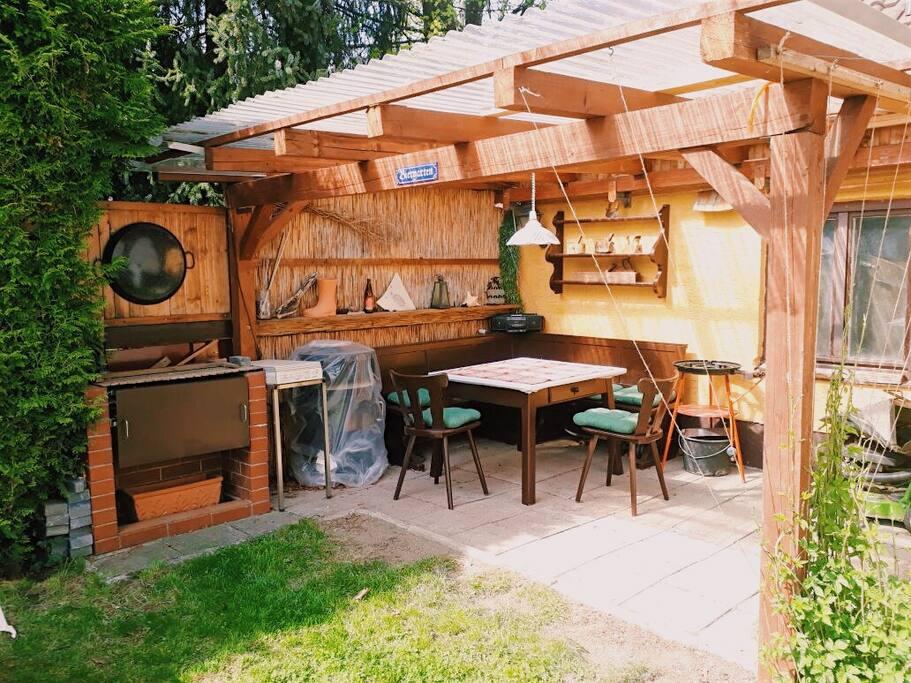 Garten mit Pergola und Holzkohlegrill