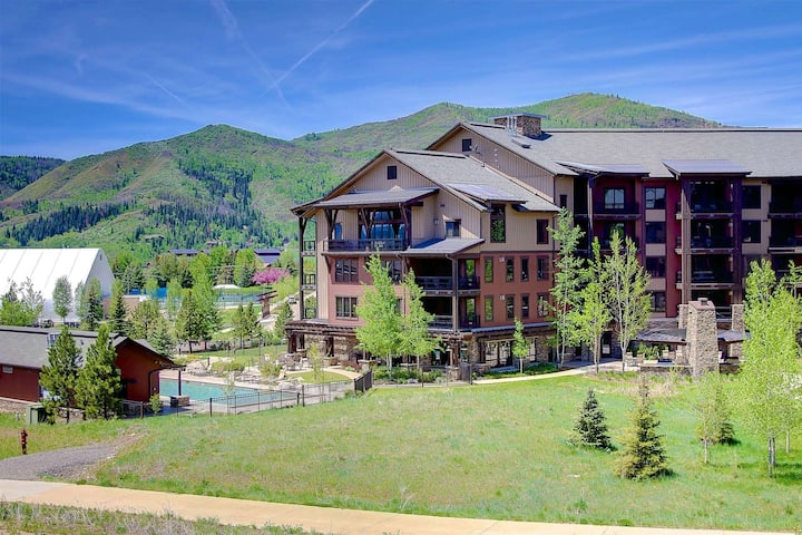 Private Gondola to Ski/Town, AC, Open Hot Tubs (3)/Pool/Gym, Garage, Elevator, Immaculate, Deck