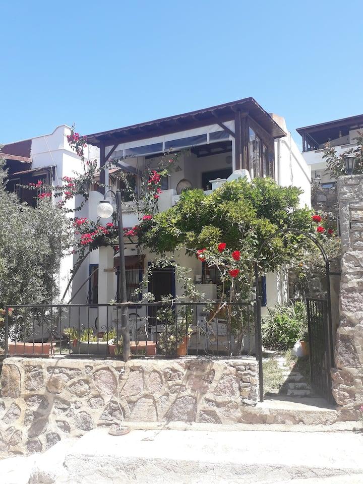 Akyarlar bölgesinde site içinde bahçeli ev