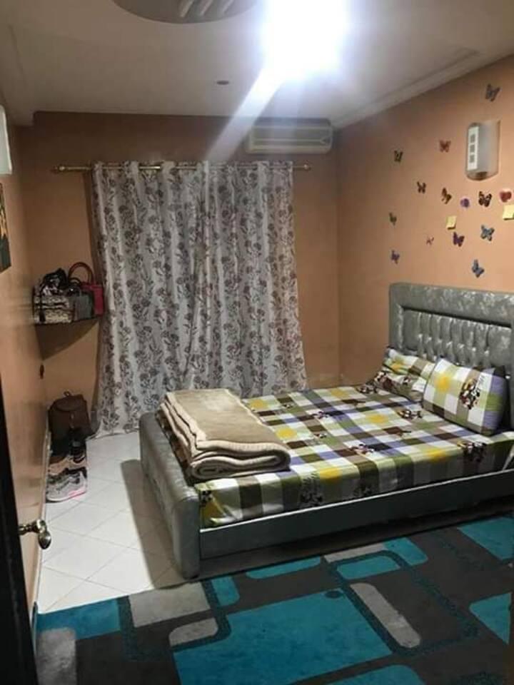 Une chambre bien meuble dans un.appartement
