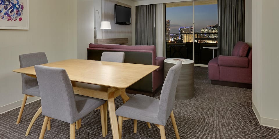 High Rise 2 bedroom suite w/ Amazing Balcony View