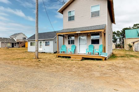 Charming, dog-friendly house with tranquil setting near the beach!