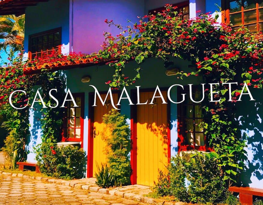Fachada é toda da casa Malagueta dentro do Condomínio em ambiente discreto e tranquilo  Murado com portaria 24 hrs Com varias  espécies da Flora da Região é uma atração à parte!