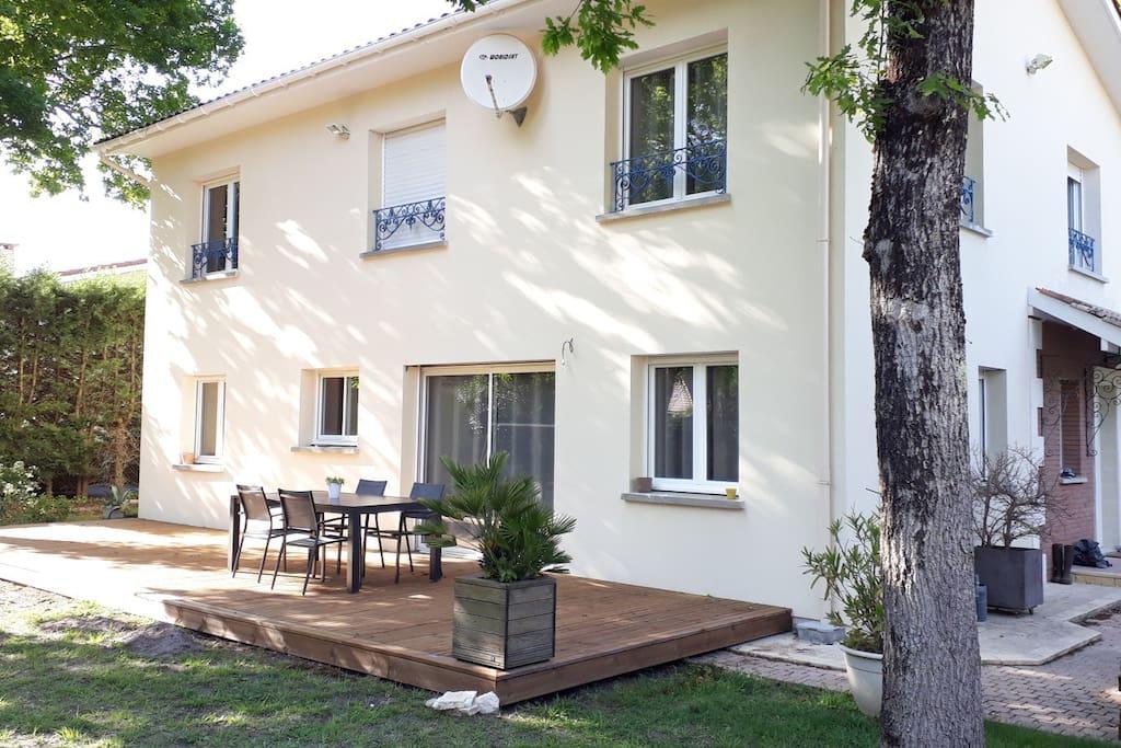 Grande terrasse Sud de 40 m²  pour profiter de l'ombre des chênes ou des bains de soleil