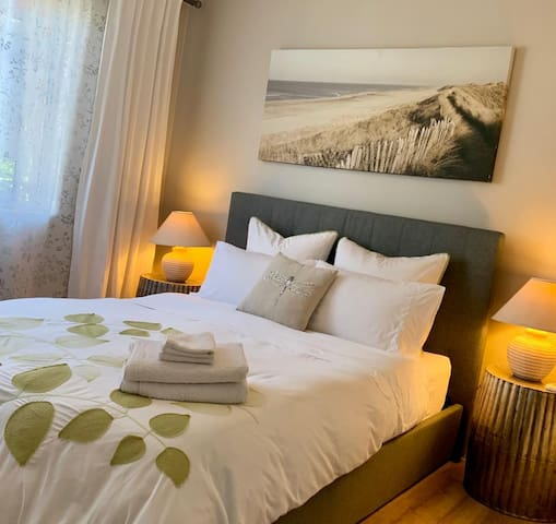 Location Perfect *Queen bed* Parking *smart TV