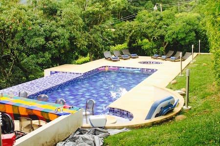 Hermosa casa con piscina y jacuzzi - Villeta
