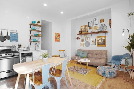 Stylish, eclectic 2BR Apt⭐Backyard ⭐30 Mins to NYC