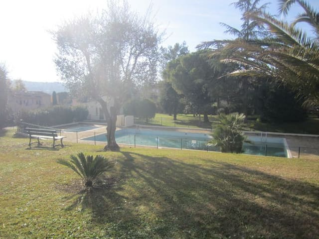 Location saisonnière (2 pièces) piscine, tennis. - Peymeinade - Apartamento