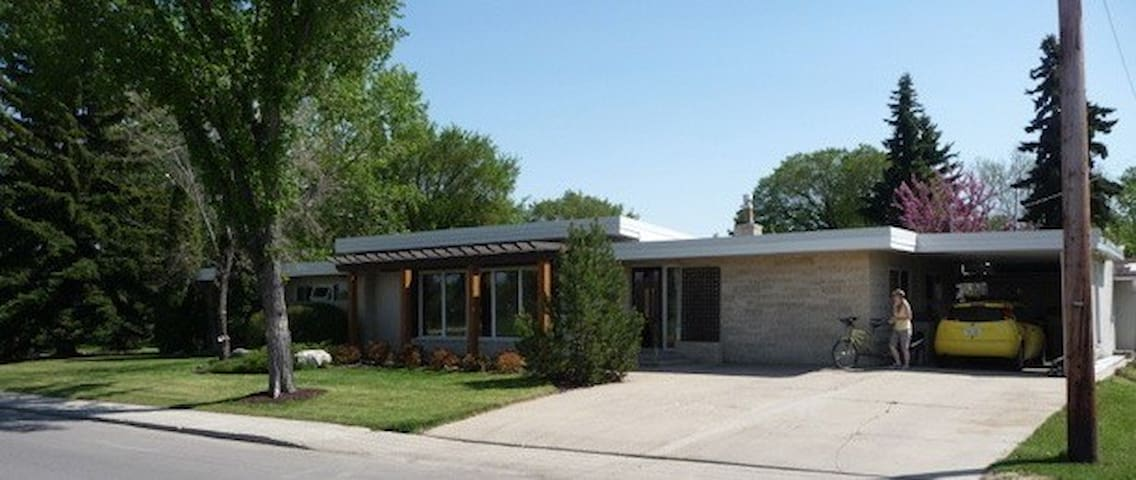 Chic Guest Suite Across From Park - Regina - House