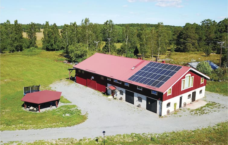 Former farm house with 6 bedrooms on 225m² in Enköping