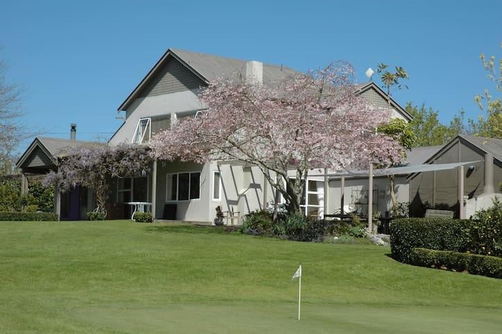 Homestead on 9 hole golf course - Bombay
