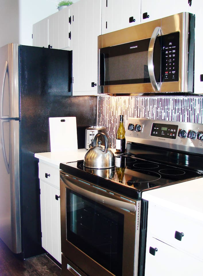 Fully appointed kitchen, new counters & appliances
