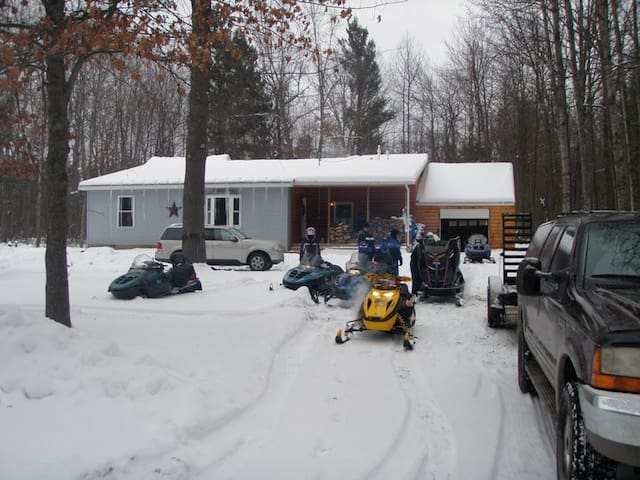 Lake House Retreat in the Woods!! - Houghton Lake