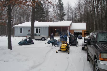Lake House Retreat in the Woods!! - Houghton Lake - Kisház