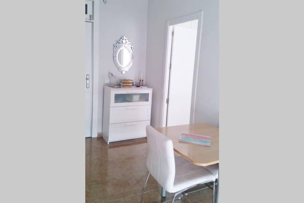 Entrada con mueble y espejo de diseño