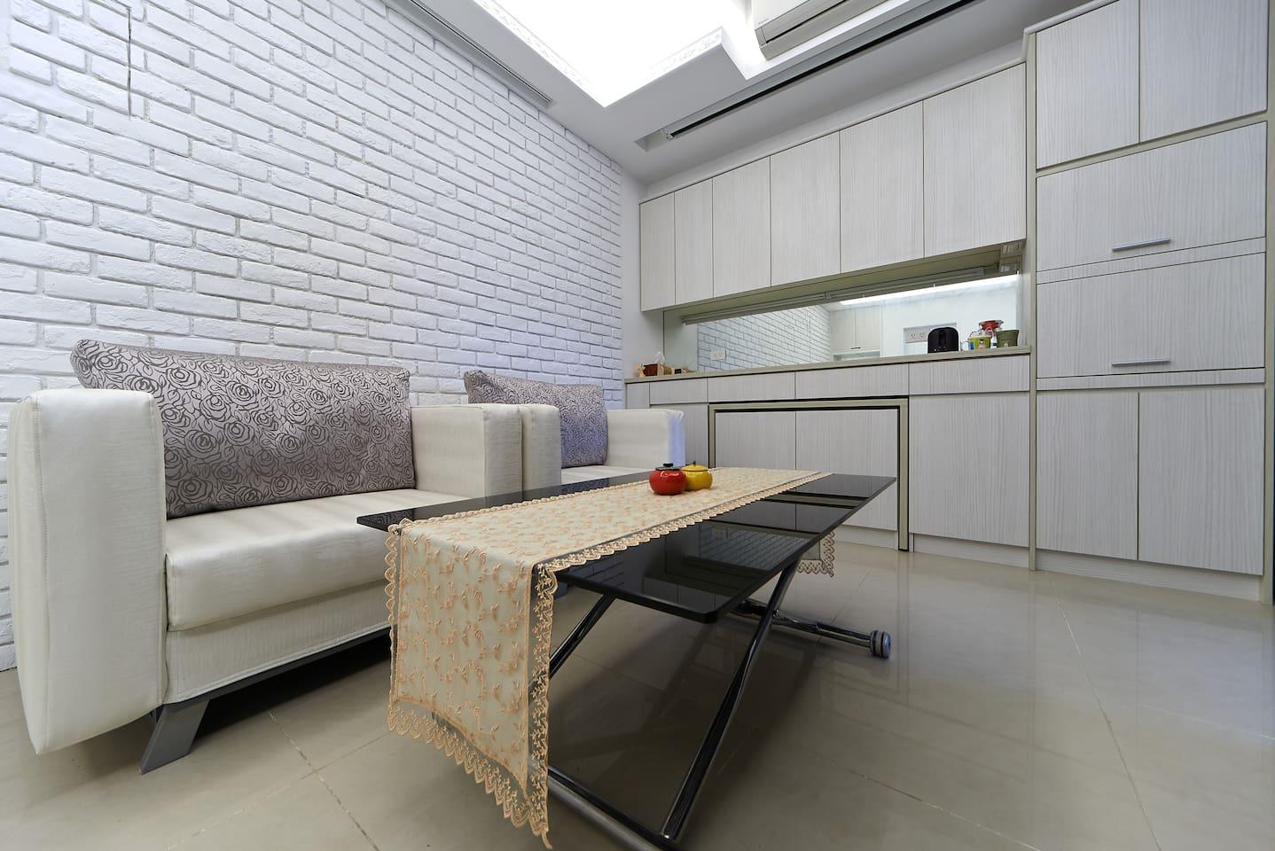 簡潔雅致的客廳....純白+米白色調......嘿嘿~沙發和茶几都暗藏玄機喔~~你知道是什麼嗎?讓你想一想~