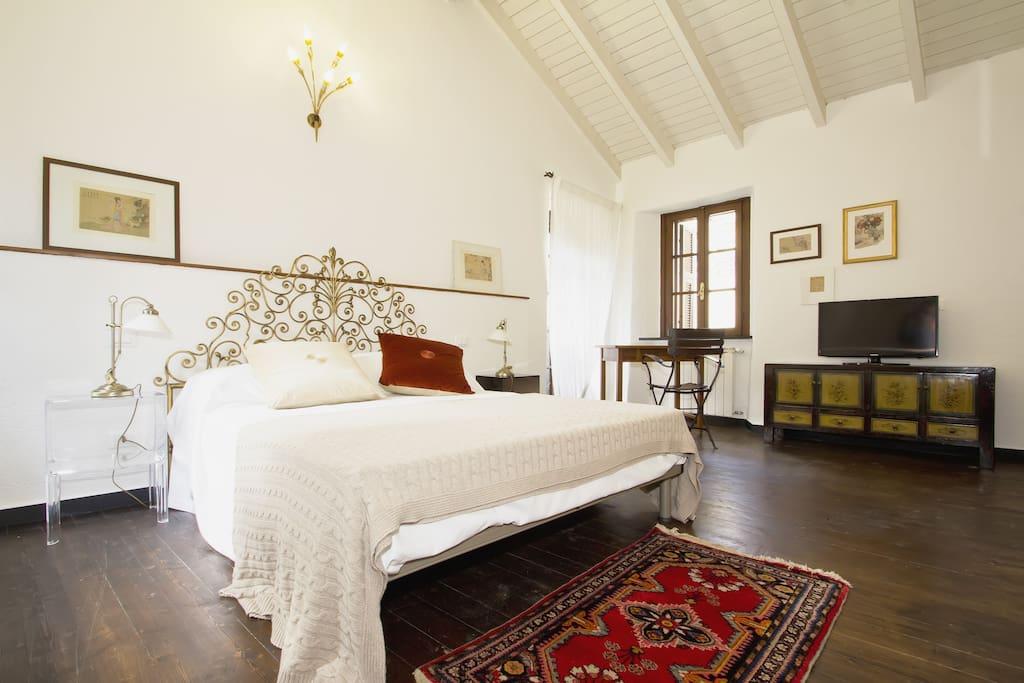 Camera con alto soffitto in legno