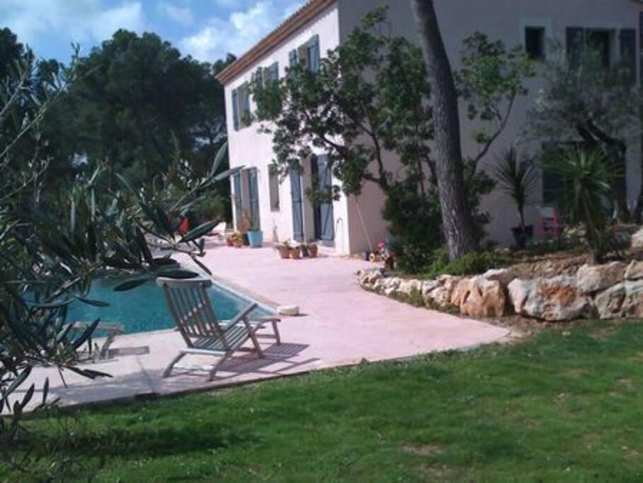 Bastide avec piscine au sud pr s k6 villas for rent in for Piscine gemenos