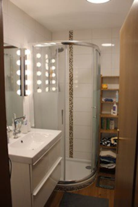 Badmit Dusche und Badewanne