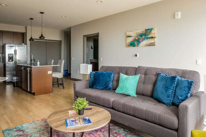 Bright + Modern 1BR in Downtown