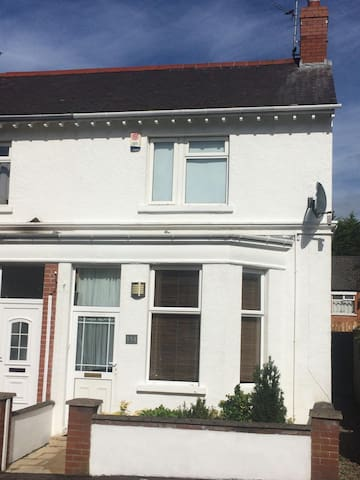 Bright spacious townhouse 5mins walk from Holywood