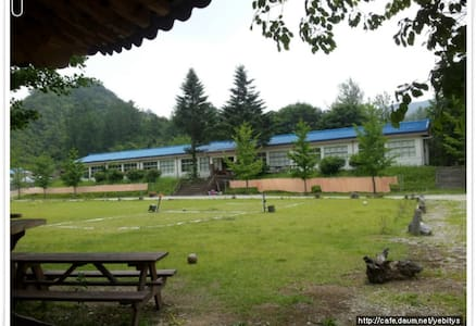 12년간 문닫힌 학교에 14년째 거주중 체험학교로 다시문을 열다.